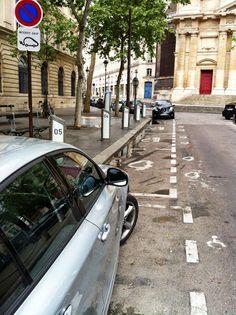 La Nissan Leaf en charge sur une station Autolib' à Paris