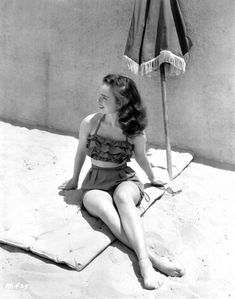 Ann Blyth vintage bathing suiti love this era! 50s Bathing Suit, Vintage Bathing Suits, Vintage Swimsuits, Soft Grunge, 1940s Fashion, Vintage Fashion, Classic Fashion, Style Fashion, Vintage Style