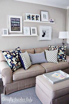 Decorar la pared con cuadros sobre estanterías, tablas o baldas son perfectas, ya que nos permiten mover, quitar, poner lo que queramos… sin miedo a tener agujeros por toda la pared