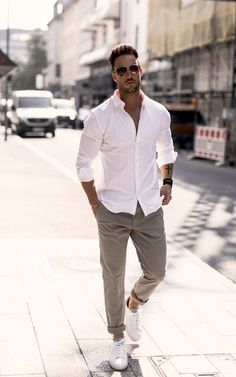 Looking for ways to easily improve your casual look or want to create a completely new one? This article has collected some great unexpected tips on how to stay fashionable this spring and summer. Casual Look For Men, Casual Looks, Casual Man, Men Style Casual, Modern Men Style, Men's Casual Wear, Modern Man, Men With Style, Casual Shirt