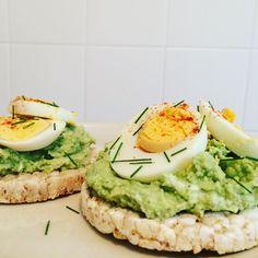 Dein Low Carb Reiswaffel-Frühstück mit Biss! Belegt mit Avocado & Ei werden die Reiswaffeln zum Power-Starter in den Tag. Hier geht´s zum Low Carb Rezept!