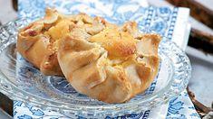 Καλτσούνια με ανθότυρο Apple Pie, Desserts, Food, Postres, Deserts, Apple Pies, Hoods, Meals, Dessert