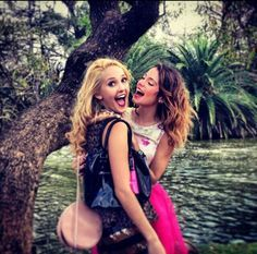Martina Stoessel and Mercedes Lambre Omg they're so adorable! In real life they're best friends But on the screen they hate each other Best Friend Goals, My Best Friend, Best Friends, Disney Channel, Mercedes Lambre, Violetta Live, Idol, Disney Shows, Best Friend Pictures