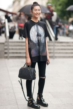 Oversize tee + skinny jeans + chunky flats. | @gococollective