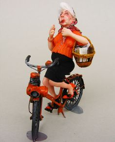 Woman on moped orange Dollhouse Dolls, Miniature Dolls, Dollhouse Miniatures, Maria Jose Santos, Super Mamie, Funny Old People, Julie Campbell, Doll House People, Cute Frogs