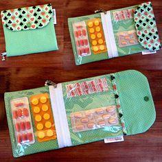 Confeccionado com tecido 100% algodão <br> 01 bolso interno com zíper <br> 02 divisórias, sendo uma para curativo adesivo <br> fecho botão de pressão <br> <br>Obs.: O Band-aid é um brinde! <br> <br>Perfeito para carregar na bolsa!!!