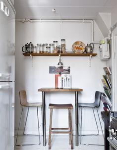 Hos designer Rebecca Uth danner det originale bindingsværk og de skæve gulve en charmerende ramme om hendes stærkt personlige indretning med fund fra alle verdenshørner.