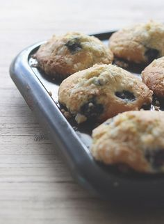Light and fluffy muffins filled with juicey blueberries and topped with a crunchy crumble topping Baking Recipes, Dessert Recipes, Desserts, Crumble Topping, Muffin Tins, Frozen Blueberries, Blue Berry Muffins, Quick Bread, Cake Pops