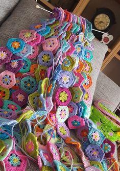 Transcendent Crochet a Solid Granny Square Ideas. Inconceivable Crochet a Solid Granny Square Ideas. Beau Crochet, Crochet Diy, Easy Crochet Projects, Crochet Amigurumi, Crochet Crafts, Crochet Hooks, Crochet Motifs, Granny Square Crochet Pattern, Crochet Squares