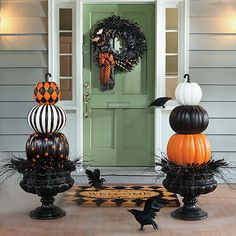 Pumpkin Door Flanks DIY craft ideas to decorate your door, porch, and front yard for Halloween.DIY craft ideas to decorate your door, porch, and front yard for Halloween. Entree Halloween, Halloween Chic, Halloween Veranda, Holidays Halloween, Halloween Pumpkins, Halloween Crafts, Halloween Porch Decorations, Creepy Halloween, Fall Porch Decorations
