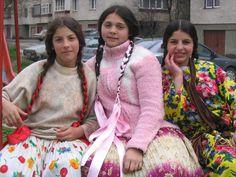 Chejja Rromane anda Tirgu Mures - Rromani girls in Tirgu Mures