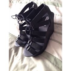 """Steve Madden platform shoe Brand new never worn. 4"""" platform in back and about 2"""" in the front Steve Madden Shoes Lace Up Boots"""