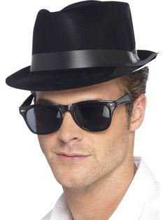 Fedora-hattu. Fedora tekee miehestä tyylikkään jo sellaisenaankin ja lisää fiftarityyliä on tarjolla, mikäli hankit samalla 50-luvun aurinkolasit ja pulisongit.