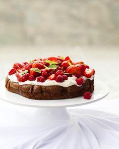 Dezert, který nejde zkazit?!  Osvědčil se mi na řadě akcí a podle reakcí na recept z kuchařky chutná taky spoustě z vás! Valentýn se blíží, tak snad přijde tenhle exkluzivní facebookový tip na sladkou tečku vhod :-)   Rychlý čokoládový dort s jemným krémem a ovocem  Na dort (10 až 12 porcí) 200 g kvalitní hořké čokolády (aspoň 70 procent kakaa) 250 g krupicového cukru 6 vajec 100 g hladké mouky 200 g změklého másla  Na servírování 200 až 250 g zakysané smetany nebo crème fraîche asi 150 g…