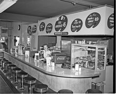 I WISH this was for dinner, and still in my hood! Mr B's Hamburgers, 1954 by Seattle Municipal Archives Vintage Diner, Vintage Restaurant, 1950s Diner, Vintage Surf, Vintage Style, Retro 50, Rock And Roll, West Seattle, American Diner