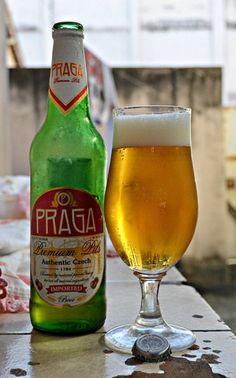 Cerveja Praga Premium Pils, estilo Bohemian Pilsener, produzida por Budejovicky Mestansky Pivovar, República Tcheca. 4.7% ABV de álcool.