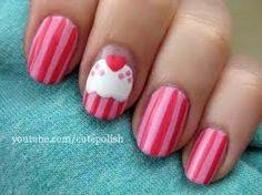 Moeilijk te maken (strakke hand)  1. Donker roze lak  2. Licht roze lak (strepen)  3. Witte lak (cup-cake jalei)  4. Licht roze lak (puntjes op cup-cake)  5. Donker roze lak (hartje erop)