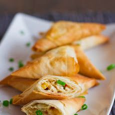 Chicken Phyllo Triangles – a delicious appetizer that's perfect for Cinco de Mayo. These chicken phyllo triangles are filled with chicken, corn and feta. Phyllo Appetizers, Phyllo Recipes, Yummy Appetizers, Appetizer Recipes, Cooking Recipes, Healthy Recipes, Think Food, I Love Food, Good Food