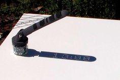Mojoptix s'est fabriqué il y a quelques mois un cadran solaire qui utilise un système labyrinthique pour laisser passer juste quelques rayons du soleil suivant l'heure et écrire sur le sol l'heure qu'il est grâce à son ombre. Une démonstration en timelapse : Tout le fonctionnement et le processus de création est expliqué dans cette …