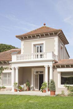 00323574 O 4. Fachada principal de la casa en tonos claros y con cuatro columnas de estilo clásico_00323574 O 4