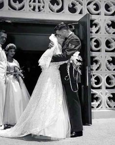 Johnny Cash first wedding to Vivian (Wedding Day) June Carter Cash, Johnny Cash First Wife, Cindy Cash, Johnny Und June, John Cash, Country Music Singers, Famous Couples, The Life, Here Comes The Bride