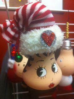 modèle: Betty Boop Décoration de Noël réalisée à partir d'objets recyclés Pour commander: https://www.facebook.com/LesFantaisiesdeMamzelleSofy