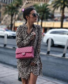 Leo Sommerkleid von & Other Stories und punkte vintage Chanel Tasche Sonja ( - Shoppisticated Vestidos Animal Print, Animal Print Dresses, Fashion 2018, Womens Fashion, Fashion Trends, Chanel Rose, Vintage Chanel, Leopard Outfits, Mode Blog