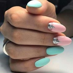 The advantage of the gel is that it allows you to enjoy your French manicure for a long time. There are four different ways to make a French manicure on gel nails. Nail Manicure, Nail Polish, Gomme Laque, Classic Nails, Super Nails, Acrylic Nail Art, Trendy Nails, Spring Nails, Summer Nails 2018