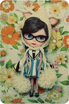 I've loved Blythe for well over a decade...the hair, glasses and hat on this one are PERFECT! i MUST hunt one down!!!