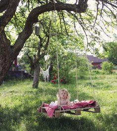 Världsenkelt DIY inför sommaren: Det enda en behöver är: – En lastpall – Rep (här använde jag 10 mm tjockt rep från Granngården) – Ett träd med en rejäl gren Fäst repet i lastpallens fyra hörn med rejäla knutar. Hiva upp en sida i taget så att lastpallen svävar ungefär 30 centimeter från marken. Lägg en trasmatta eller gammalt täcke ovanpå (loppisfyndade gamla täcken variant tunga är perfekta). Så där, klart! Bara att inta position. Perfekt latmansgunga för dagar under trädkronorna.