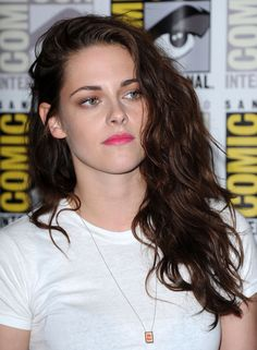 """Kristen Stewart hair. I wish I never cut mine! And it won't grow!! Des told me I looked """"just terrible and embarrassing."""""""