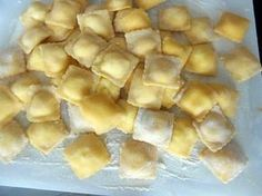 The best Ravioli recipe with 3 homemade cheese! Ingredients: of flour, 2 eggs, cheese of your choice (I put philadelphia with gouda and kiri) Homemade Cheese, Homemade Pasta, No Salt Recipes, Pasta Recipes, Vegetarian Recipes, Snack Recipes, Cooking Recipes, Pasta Carbonara, Tupperware