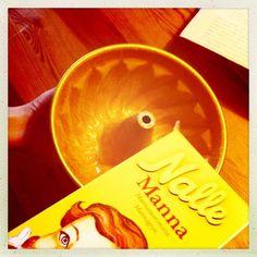 1. resepti nopea suklaakakku, yhteisleivonta Twitterissä 19.1.2013 klo 14 alkaen - kakkuvuoan voitelun jälkeen mannaryyneillä jauhoitus