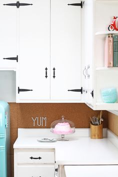 If replacing your laminate countertops isn't an option, painting your existing kitchen counters using a coating kit is a great way to achieve a…