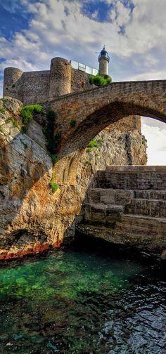 《Puente romano》, así conocido aún cuando es un puente medieval, y castillo - faro de Sta. Ana; Castro Urdiales, Cantabria, Spain