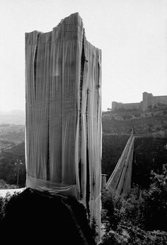 Christo and Jeanne-Claude | Projects | Wrapped Fountain and Wrapped Medieval Tower