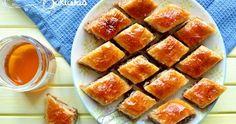 Recette des baklavas (ou baklawas), une pâtisserie grecque composée de pâte filo, d'amandes, de noix et de miel. Facile, inratable et délicieuse !