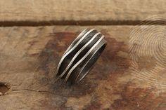 anel masculino Waves by QUO. Feito à mão em prata italiana 925. Sobreposição de chapas externas irregulares em prata fosca. #natural #elements #organic #shapes