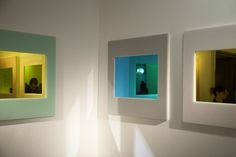 Os espelhos Slideshow, do Studio Minale-Maeda, brincam com os reflexos com suas lentes de diferentes cores