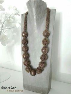 Collana con catenella di lana e perle. Fatta a mano, disponibile da Freaky, Oderzo.