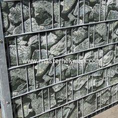 ook met steenkorf look d.m.v. deze invlechtstroken met stenen. zichtlamellen hekwerk