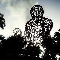 Deux géants de #métal 😳 entourés de palmiers. 🌴 Cette sculpture, réalisée par #HervéBeuze, est visible en #Martinique. #LeMetalist Palmiers, Visible, Sculptures, Artist, Sculpture