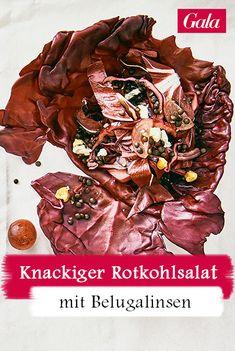 Diesen Rotkohlsalat mit Belugalinsen von Ernährungsguru und Bestsellerautor Bas Kast kann man direkt im Kohlblatt servieren Beluga, Beauty Shop, Pulled Pork, Japchae, Gluten Free, Ethnic Recipes, Play Dough, Finger Foods, Easy Meals