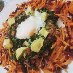 E dizer o que desse almoço?! Ai tem couve frango calabresa cebola abacate ovo e salada de cenoura e beterraba bora magrelar e comer bem!!!! #comidadeverdade #paleobrasil #lowcarb #cuidandodemim #mudançadehábitos by rehtg