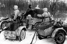 1942, Russie, Des motards allemands de la Lehr-Brigade (mot.) 900 avec un canon anti-char embarqué sur une remorque   by ww2gallery