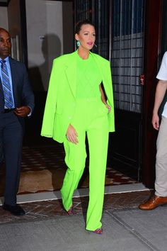 Blake Lively steps out in New York City wearing a neon green suit by Versace menswear. Fashion Blogger Style, Fashion Mode, 1940s Fashion, High End Fashion, Fashion News, Fashion Trends, Neon Outfits, Colourful Outfits, Casual Summer Outfits
