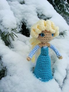 It snowed last night and just had to get Elsa from Disney's Frozen out for a photo! Pattern by Sahrit