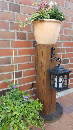Holzbalken als Deko am Eingang #balken, #holz, #laterne, #blumentopfständer, selbst verarbeitet aus alten Holzbalken. Der Blumentopf ist natürlich festgeschraubt