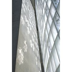 2階部分は床に近い部分にフロストタイプ、天井に近くなるにつれクリアタイプのイタリア製ガラスブロックを積み重ね、光のグラデーションを成している。