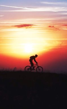 Catch the sunset on your next ride. Mtb Bike, Bike Trails, Cycling Bikes, Splash Photography, Sunrise Photography, Cycling Tattoo, Bike Photo, Bicycle Art, Bike Style